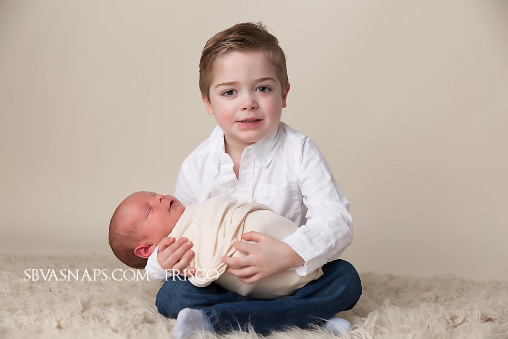 newborn sibling photo | SBVA Snaps Frisco Photographer