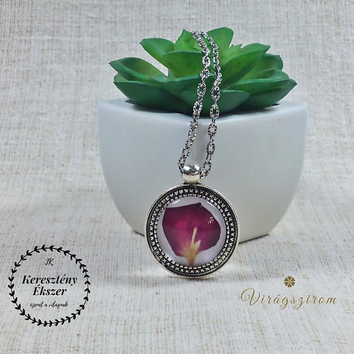 Préselt virággal díszített üveglencsés, ezüst színű medál lánccal
