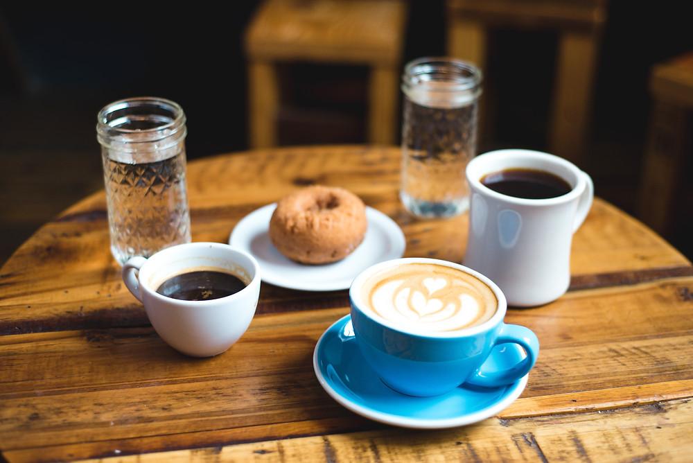 Tisch mit Kaffee, Getränken und Gebäck