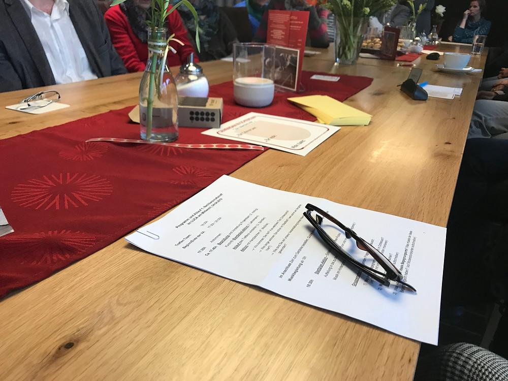 Tisch mit Arbeitsunterlagen