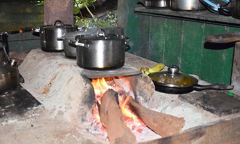 Kochen auf offenem Feuer in der Tamadu Lodge