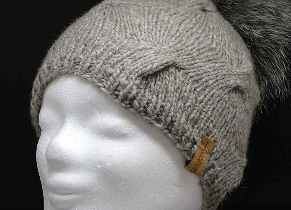 Mütze mit Wellenzöpfen und Kunstfellbommel