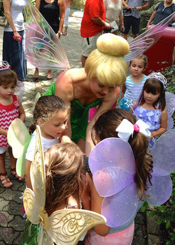 Tink showing kids her magic
