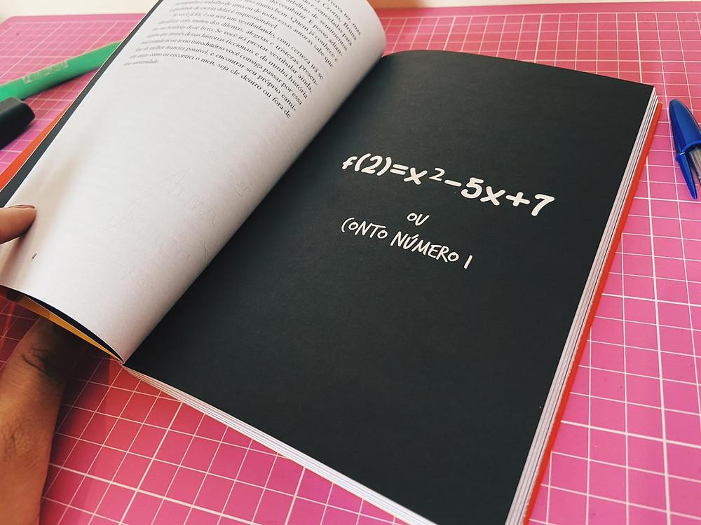 """Foto do interior do livro """"A matemática das relações humanas""""."""