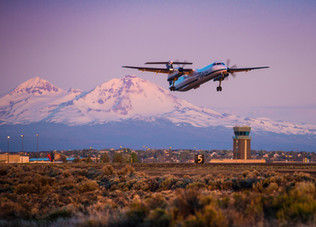 bombardier-q400-taking-off-from-redmond-oregon-with-mountains-in-background.jpg