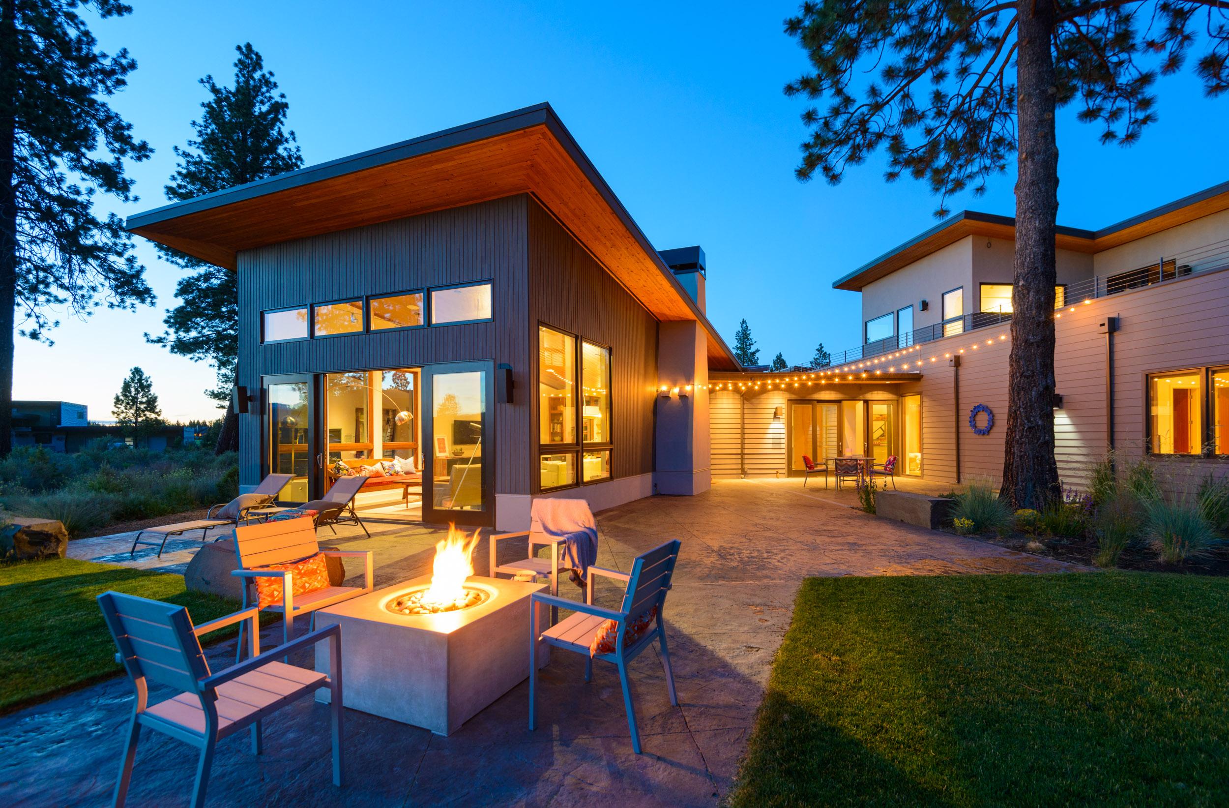 contemporary-modern-design-home-at-dusk-