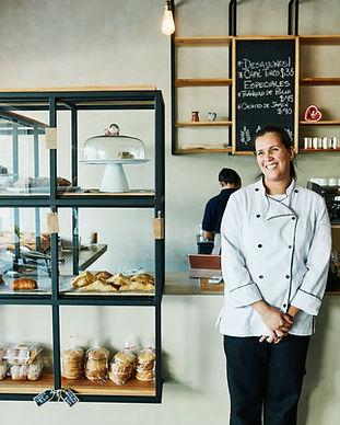 image d'une personne souriante dans une boulangerie qui bénéficie du click and collect