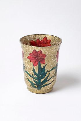 Váza s červenými květy