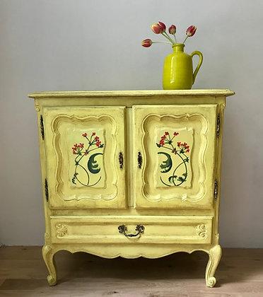 Žlutá ručně malovaná komoda