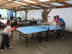 Ping-pong sur la terrasse couverte