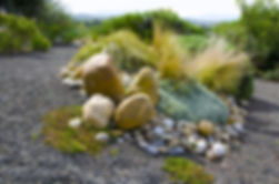 Aménagement paysager fait de graviers, galets, et mineraux.