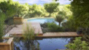 Aménagement de bassin et de terrasse, permettant de lié la piscine dans un ensemble paysager.