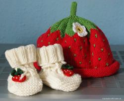 Erdbeermütze und -schühchen
