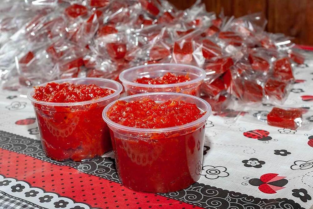 Potes com doce de goiaba produzidos pelo produtor de doces artesanal Paschoal Moreira e sua família.