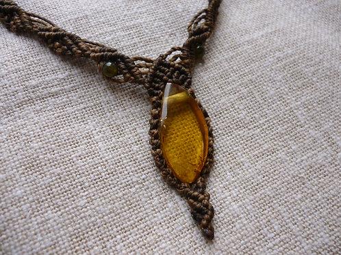 Collier ambre et jades en macramé