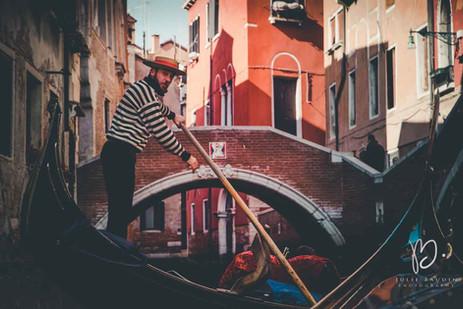 Gondole et gondolier dans un canal de Venise