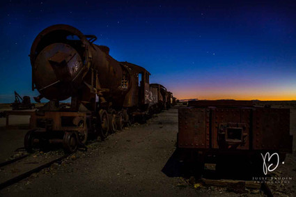 Cimetière de trains au crépuscule
