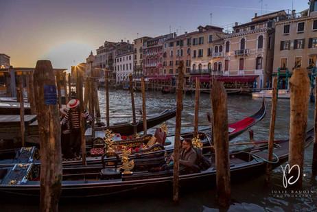 Gondoles au coucher du soleil, Venise