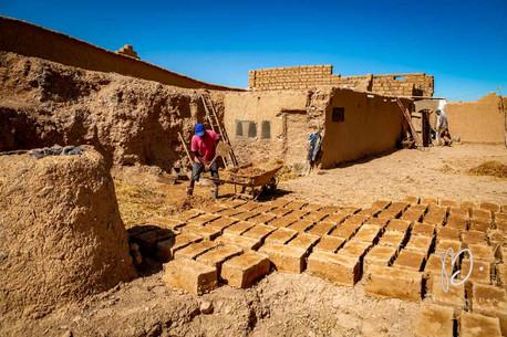 Fabrication artisanale de pisé dans l'oasis de Skoura