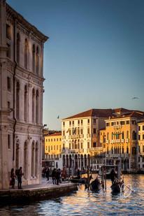 Gondoles et passant, Grand Canal, Venise