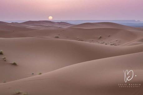 Lever de soleil au dessus des dunes de Merzuga