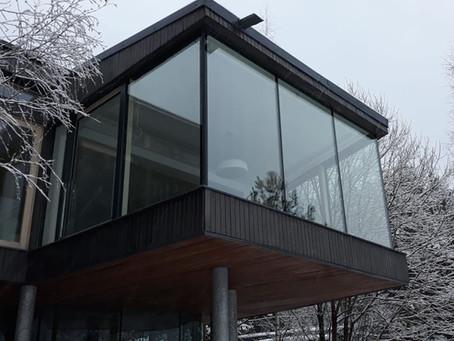 Панорамное остекление балкона с двумя раздвижными дверями