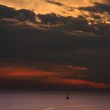 Barco de vela en la puesta del sol