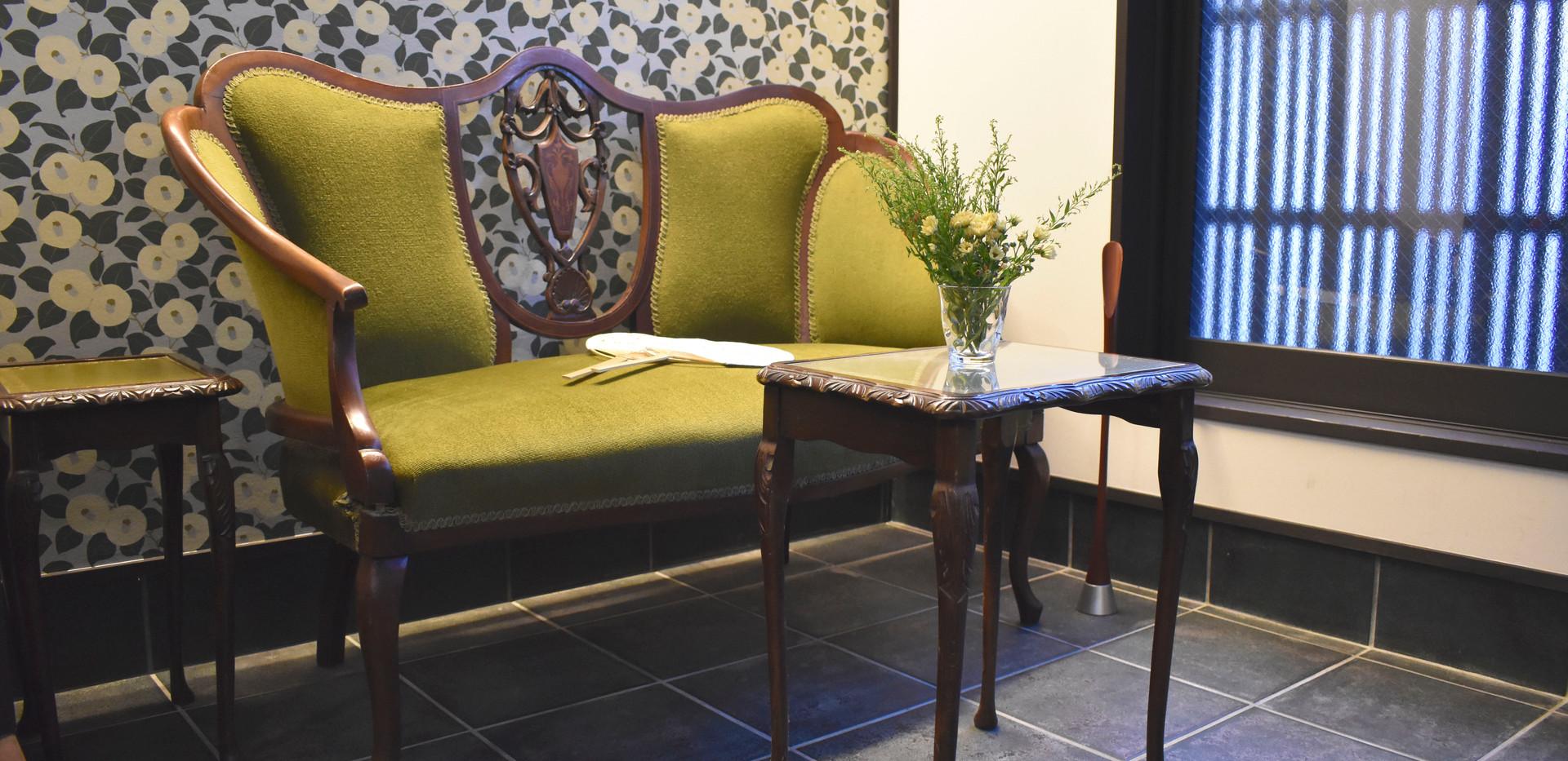 玄関のソファとテーブル