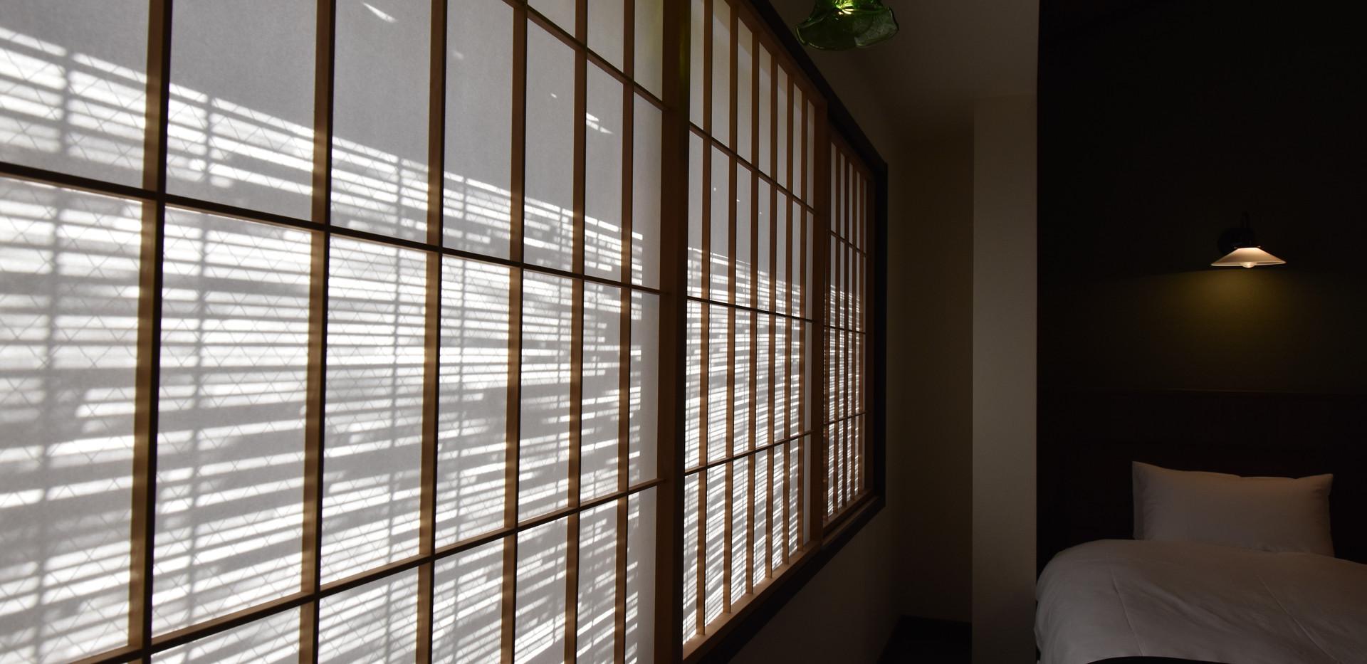 寝室の窓から入る朝の光