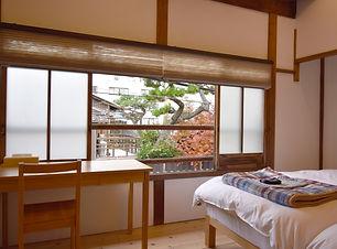 二階の寝室の窓.jpg