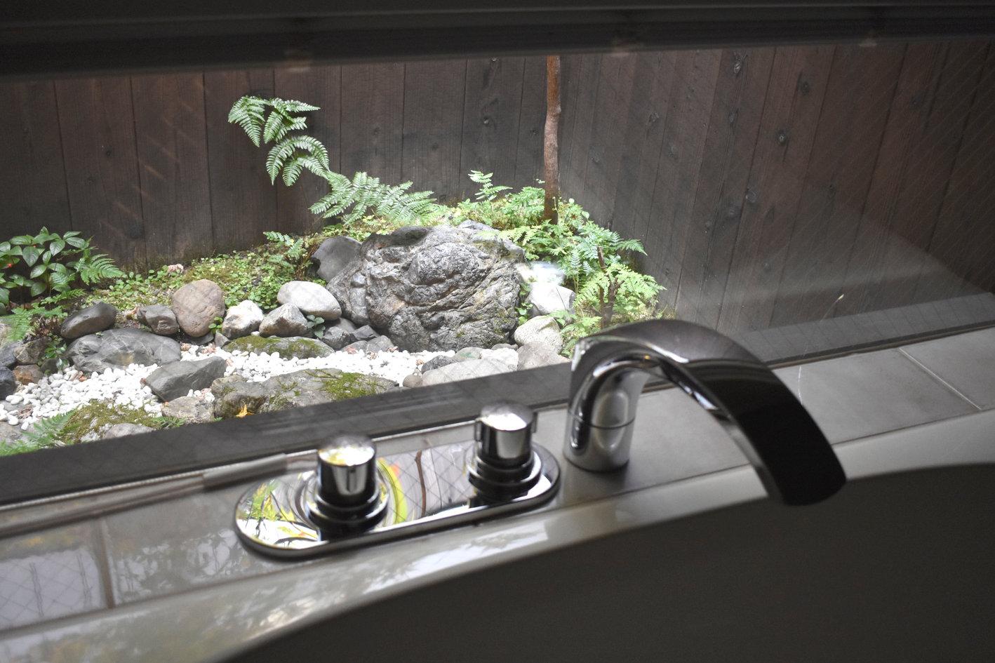 お風呂からの庭の景色.jpg