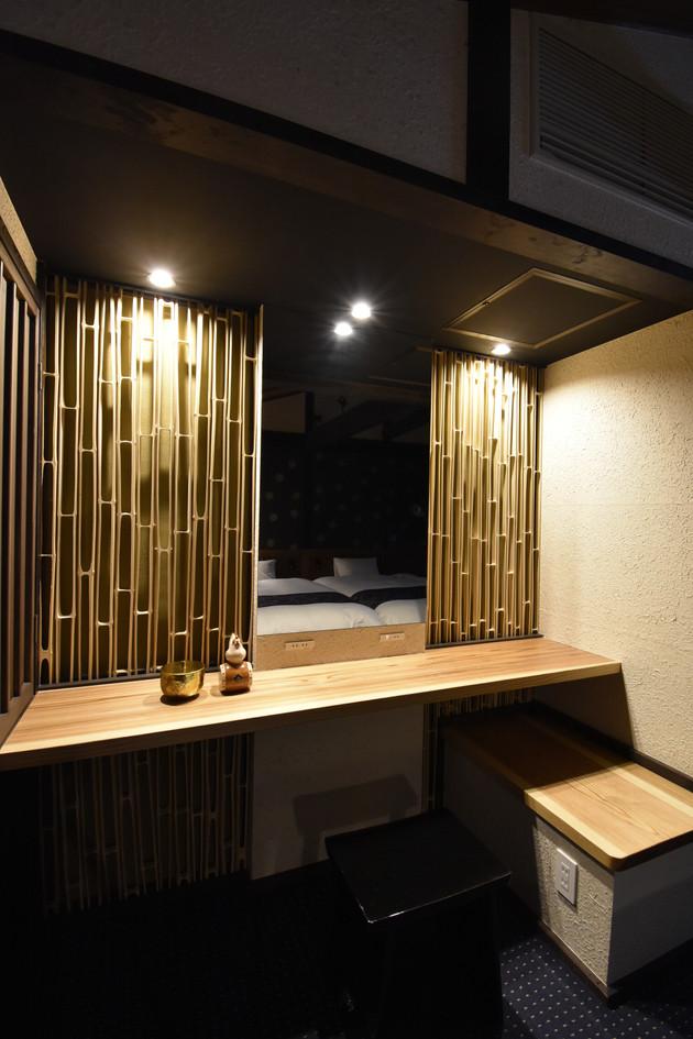 寝室の鏡台。
