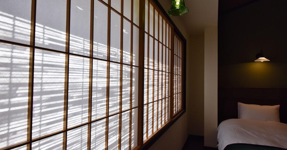 寝室窓の影-min.jpeg