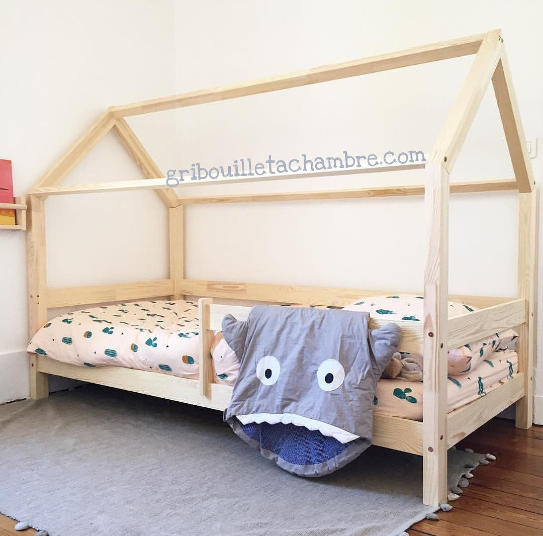 lit maison avec barrires de scurit et pieds de 10cm avec une dcoration mixte