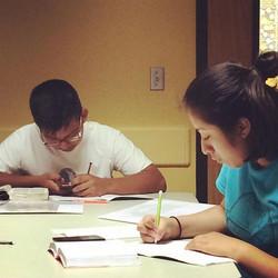 Nuestros conquistadores en su Study Session está tarde en la biblioteca 📚