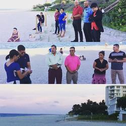 Nuestra Sociedad de Jóvenes haciendo su programación en la playa 😎 Bendiciones, Feliz semana!