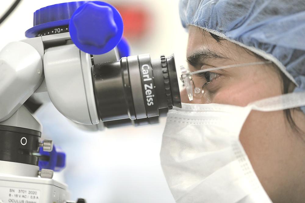 איש צוות רפואי מסתכל במכשור רפואי