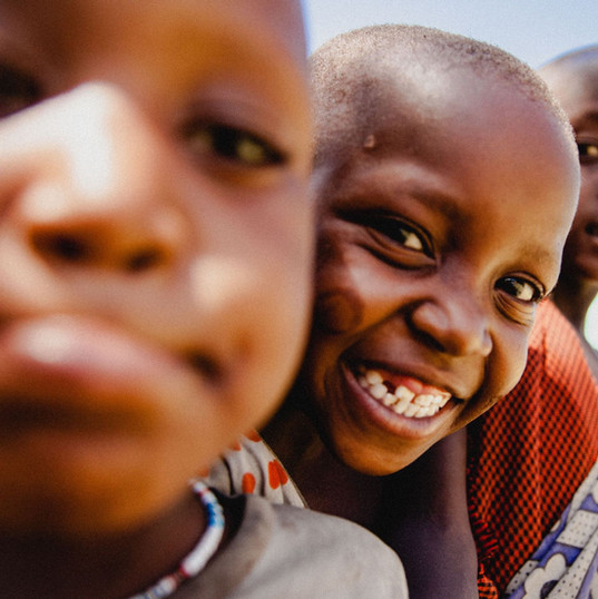 petit masai de tanzanie, enfant massai , découverte eco tourime, lac natron, nature, safari, tradition massai