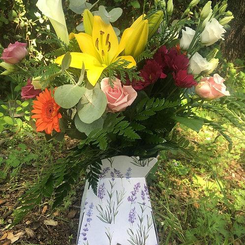 Ramo de flores variadas en caja, ideal para cualquier ocasion.