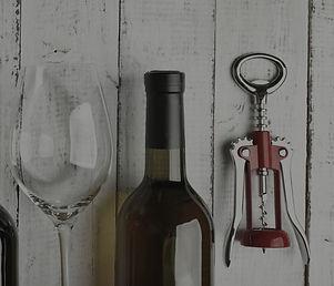 פותחן יין וכוס יין