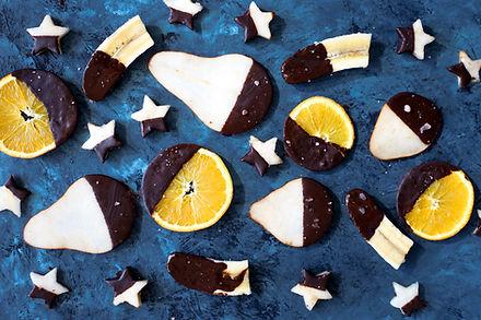 水果覆蓋在巧克力
