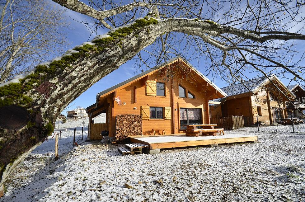 Haut Jura 39370 La Pesse Gîte-chalet en madriers. Location pour 6 personnes, grande terrasse, jardin