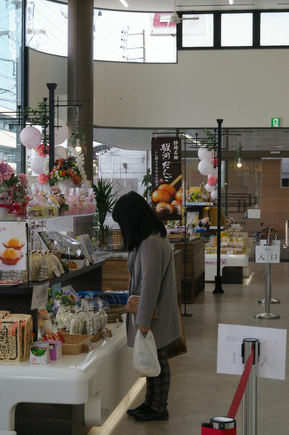 ロリエたこまんの店舗内の写真。広いですね。奥にあるのが「駿河だんご」の幟旗。どれもこれも美味しそうで目の毒です。