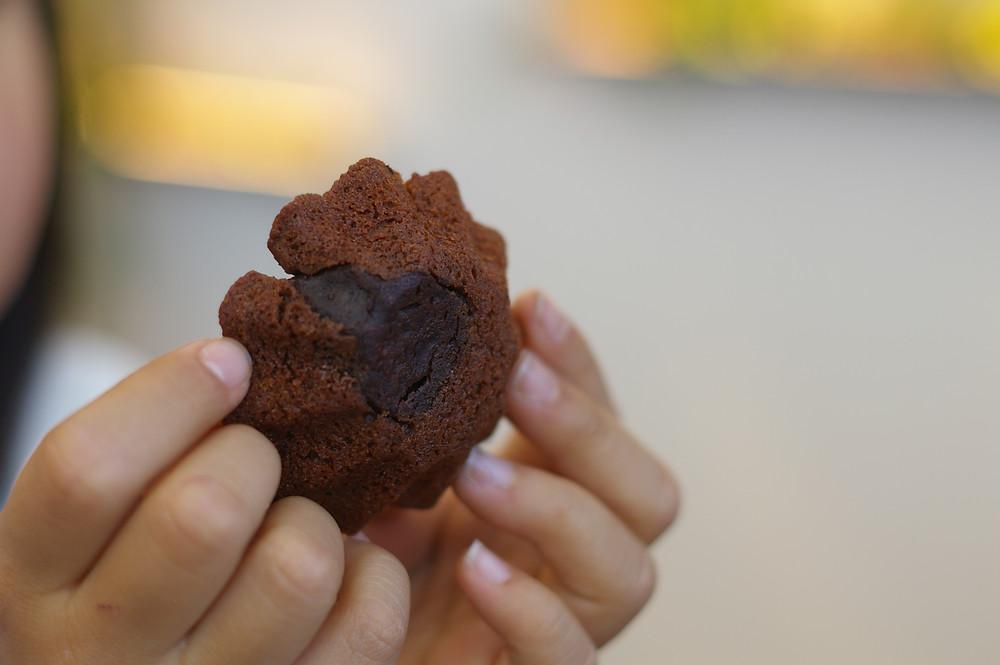 アマンド娘ゴールドショコラを袋から出したところ。ゴールドというのは練りこまれた蜜柑の皮のことです。