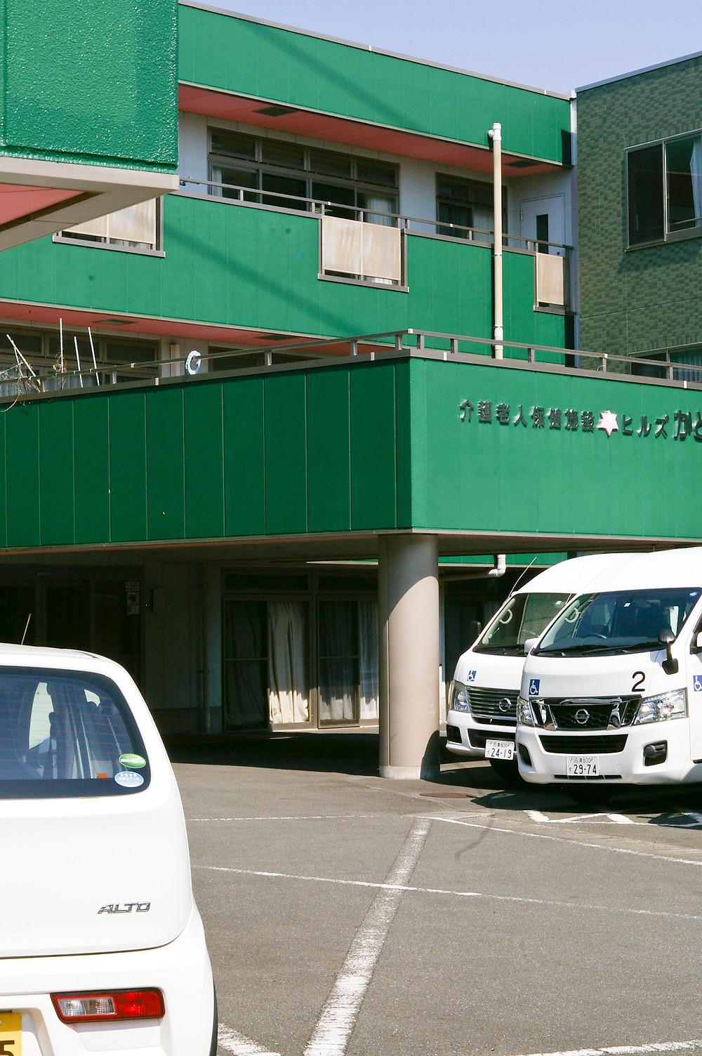 ヒルズかどいけの住所は沼津市岡一色672番地の2。ヒルズかどいけは介護老人保健施設(老健)です。