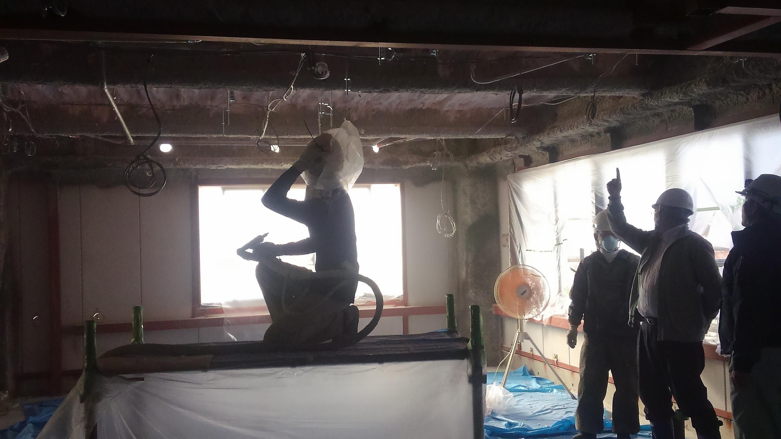 天井に断熱材を塗布しています。