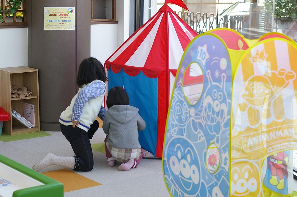 ロリエたこまんの店舗内に設置されたキッズスペース。子供はキッズスペースで遊びながら、ゆっくりお買い物ができます。店内には給茶機もありました。