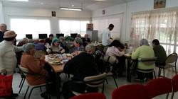 קשישים נהנים מארוחת צהורים