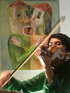 Valérie Bernard devant une oeuvre de Alexandre Loye, Galeri ContreContre 2018, photo Fabienne Samson
