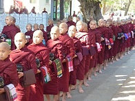 Mönche beim Almenempfang